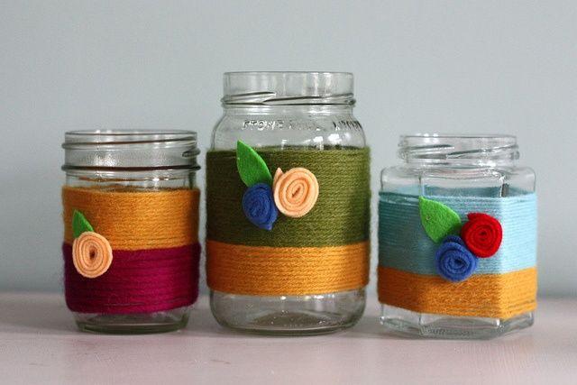vasetti ricoperti con fili di lana o cotone