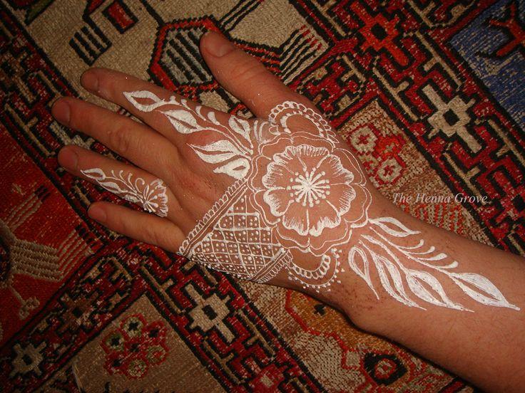 White mehndi. I love it. #whitehenna #whitemehndi #bridalmehndi #whitewedding #wedding #specialday #specialwedding #weddingaccessories