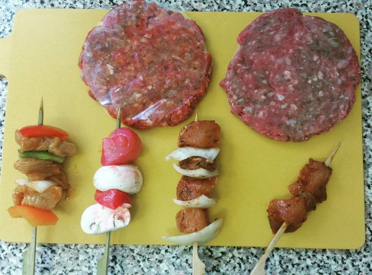 #BBQ #Bankholiday #akeencook Award winning Angus and onion burgers Tomato and basil burgers Buffalo rainbow skeweres Chinese chicken and mushroom skewers Tikka and onion and plain tikka skewers.