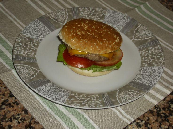 Gli hamburger sono il tipico cibo da fast food americano: saporiti, filanti e gustosi, sono il piatto perfetto per una cena tra amici in Ame...