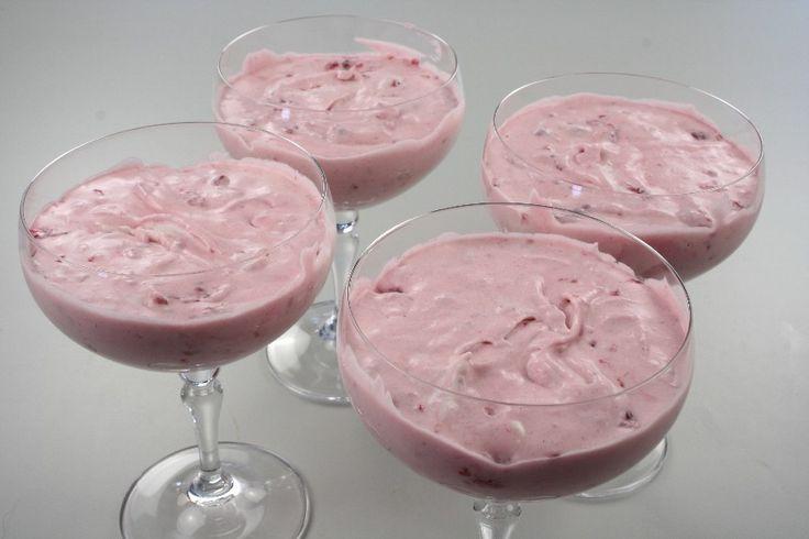 12 store bær pilles fra til pynt. Resten af bærrene drysses med sukker og Vanille og stilles til saftning. <BR> <BR> Husblasen udblødes i koldt vand, tages op, smeltes over damp og røres i frugt