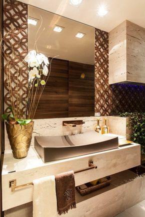 Peças douradas com bancada em mármore margin e árabes os de madeira dão glamour, estilo e requinte. A iluminação dramática rebusca todo esse requinte.
