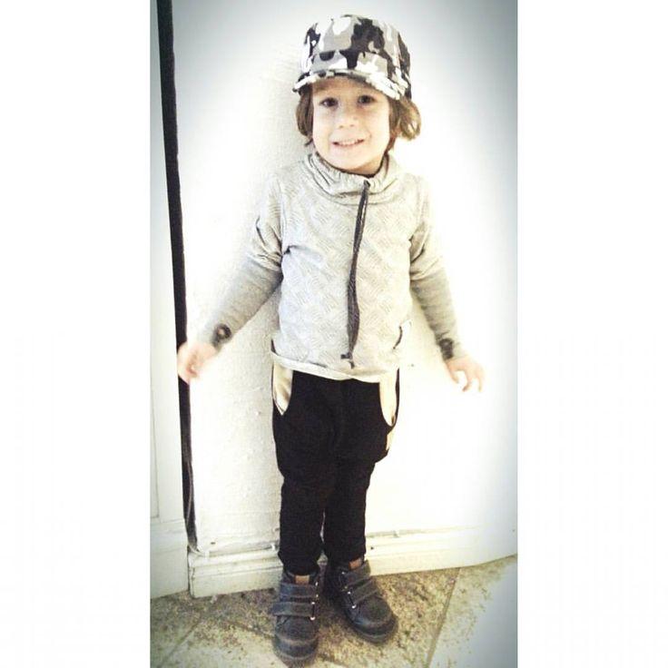 Dzieci zawsze są szczęśliwe po zakupach u nas! Nasz mały model ma na sobie: czapkę - @czesiociuch , bluzę - Piu di me oraz spodnie - @Tuss. :) wszystkie ubranka do zdobycia tylko u nas! Zapraszamy...