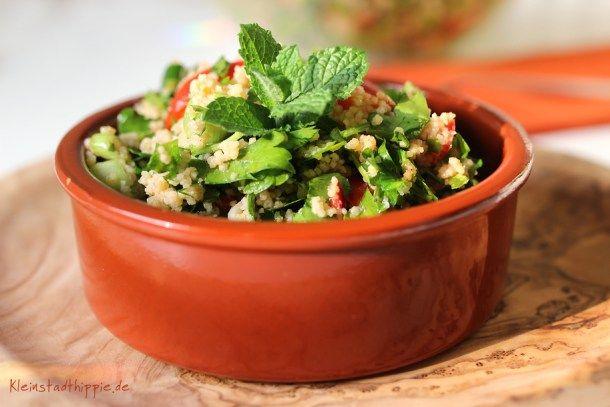 "Tabouleh, Taboulé oder Tabbouleh ist ein frischer arabischer Salat aus glatter Petersilie, Minze, Bulgur (oder Couscous) Tomaten und Frühlingszwiebeln. Er wird als Mezze oder Beilage gereicht. Wir hatten ihn heute zum ""Angrillen""."