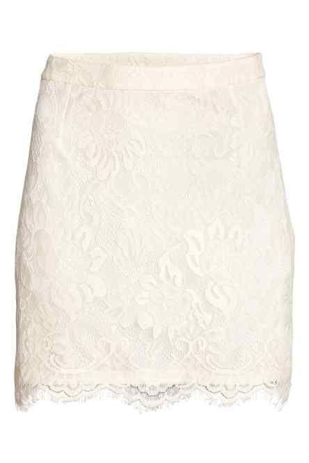 Een licht uitlopende, mouwloze blouse van geweven viscose met een kanten kraagje. De blouse heeft vastgestikte strikbandjes bij de halsopening, een naad op