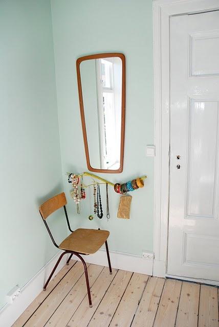 miroir vintage + branche de bracelets + chaise écolier