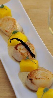 Pour la sauce, faire suer 5mn, au beurre, le vert de poireau, 1/2 carotte et 1/2oignon émincé. Déglacer avec le vin blanc. Ajouter le poisson, l'eau ...