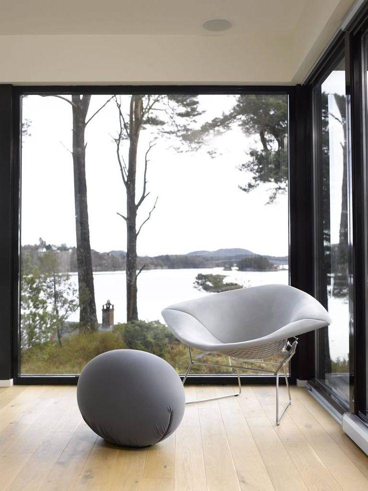 YNDLINGSPLASS: Stolen er alles favoritt på denne hytta. Oljet eikegulv fra Gulvspesialisten AS.