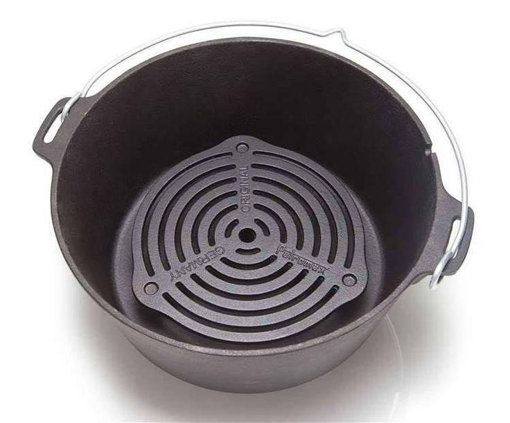 Stevige trivet van gietijzer met pootjes. Voorkomt aanbranden van o.a. brood in een Dutch Oven (vanaf 6qt) en geschikt voor stomen en bakken op meerdere niveaus tegelijk. Ook ideaal als pannen- of dekselsteun.