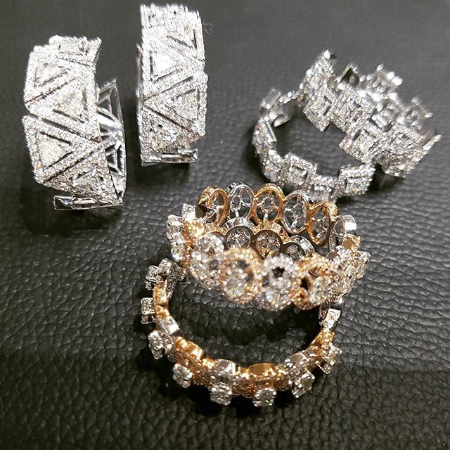 Young or Old, Hoops are ever Gold! #diamonds #diamondsareagirlsbestfriend #rosegold #whitegold #triangles #ovals #princess #hoops #stylish #quality#highjewellery#hoops#rosegold#mumbai#beganijewels#begani#kuwait#london#dubai#newyork