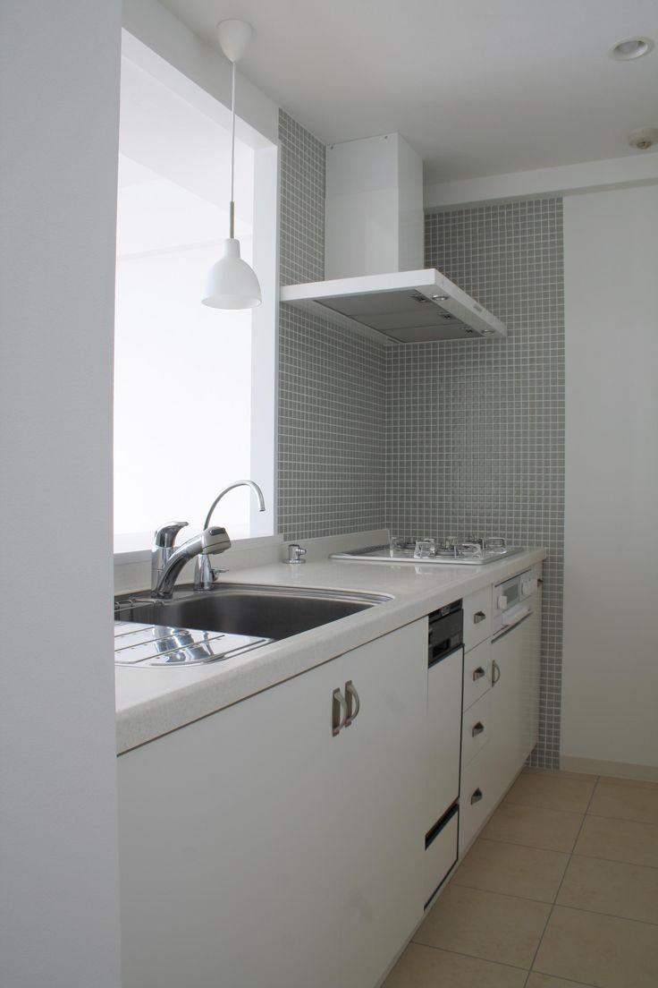 清潔感のあるホワイトを基調とした、爽やかな風が通る空間へのリノベーション。シンプルな中にタイル素材や照明などでアクセントをつけ、施主のセンスとこだわりを表現しました。インテリアやファブリックで部屋のイメージも自由自在です。 専門家:株式会社FILEが手掛けた戸建リフォーム・リノベーション事例:A邸のページ。新築戸建、リフォーム、リノベーションの事例多数、SUVACO(スバコ)