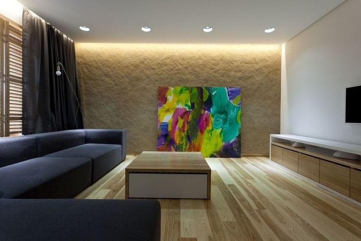 salon élégant avec spots LED, faux plafond lumineux et une oeuvre-d'art multicolore