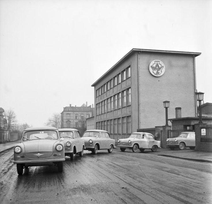 Berlin | DDR. Trabants in East Berlin; das ist in Berlin-Rummelsburg. Dort hat man das Schmuckstück abgeholt (nach ca. 18 Jahren Wartezeit)