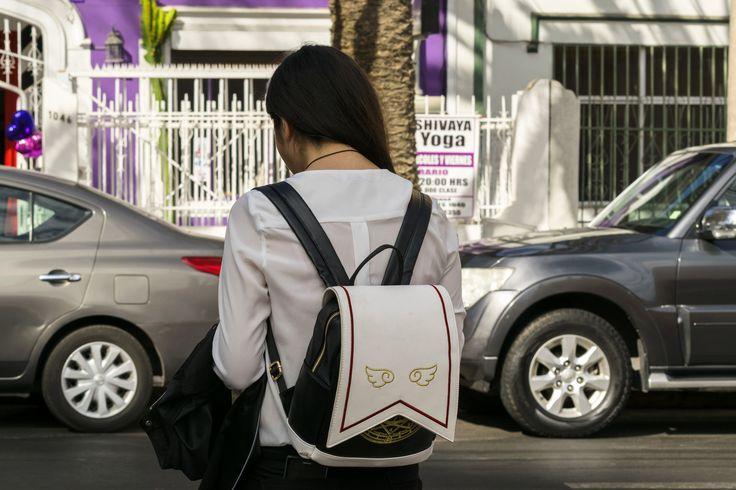 https://flic.kr/p/UwUieE | Antofagasta005 | Joven y su mochila con Alas, calle Salvador Reyes, Antofagasta, Chile.