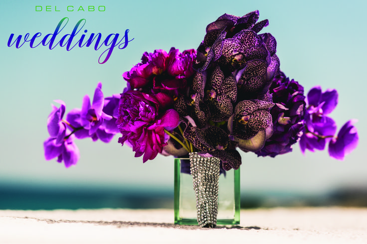 Beautiful centerpieces with a touch of sparkle! Get the best glam weddings ideas in our board!