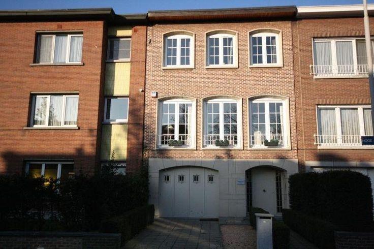 Instapklare woning te huur met 3 slaapkamers - 1450€ - Hoge-Aardstraat 31, 2610 WILRIJK - Deze volledig GERENOVEERDE en INSTAPKLARE bel-etagewoning met tuin, gelegen op een centrale ligging in Wilrijk, is te huur!   De gelijkvloerse verdieping omvat een ruime inkomhal met garage. Achteraan de woning is een polyvalente ruimte voorzien met ingemaakte kasten die dienst kan doen als 3de slaapkamer. Deze ruimte geeft uit op een gezellige tuin van ca. 36m². De eerste verdieping omvat een…