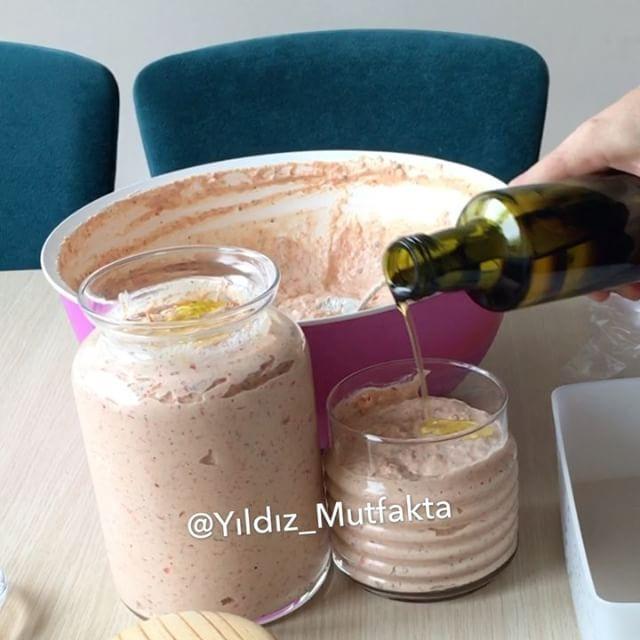 Yaş Tarhana Tarifi için Malzemeler    2 kilo yoğurt   4 çorba kaşığı iri deniz tuzu   1 kilo kuru soğan   1 kilo domates   1 kilo kırmızı, yeşil biber karışımı   4 yemek kaşı