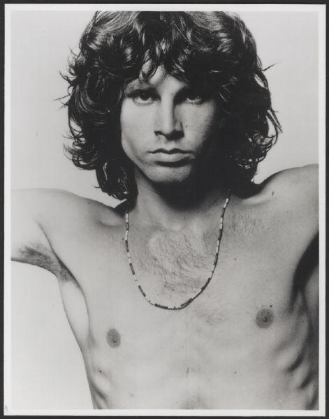 Ma la mia attenzione fu catturata soprattutto da un poster, appeso alla stessa parete di fondo dove era addossato il divano, che riproduceva in formato gigante uno dei più famosi ritratti fotografici di Jim Morrison tra quelli realizzati in bianco e nero, durante la cosiddetta Afternoon Session del 1967, dal fotografo Joel Brodsky nel suo studio di New York.