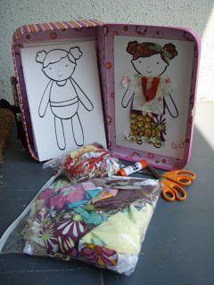 ~Zo'n leuk idee: een koffer met 50 copietjes van een papieren popje. Voeg stof en lijm toe en de meiden kunnen zelf hun pop opppimpen~
