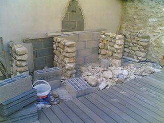 Construction piliers barbecue en pierre