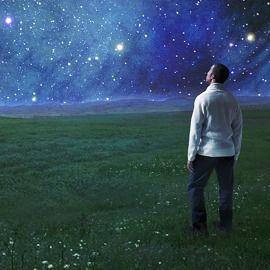 Hombre contemplando las estrellas