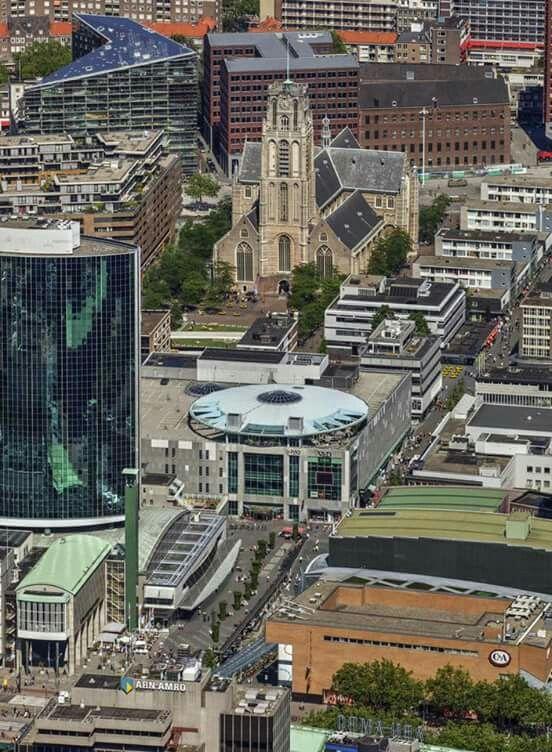 Rotterdam - Gezicht op de Beursplein met de Beurstraverse / koopgoot. Met links de W.T.C. en in het midden de pand van de falliete Vroom&Dreesman. De Hoogstraat en de Laurentskerk. .2016