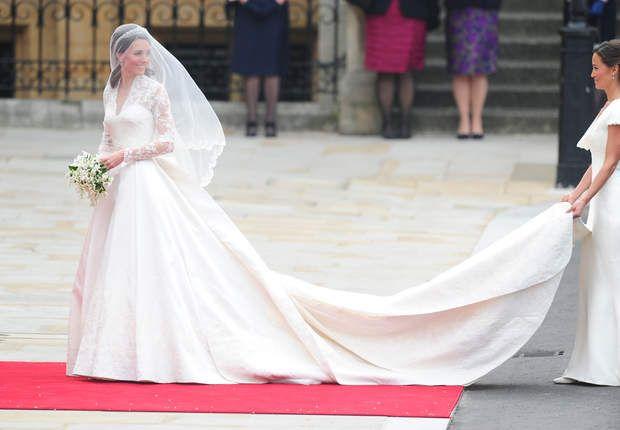 Kate MiddletonC'est LA robe de princesse par excellence :devant, la Duchesse est parfaitement moulée dans une délicate dentelle qui couvre ses épaules (royauté oblige). Derrière, une longue traîne suit Kate Middleton. Heureusement, sa soeur Pippa était là pour en prendre soin.