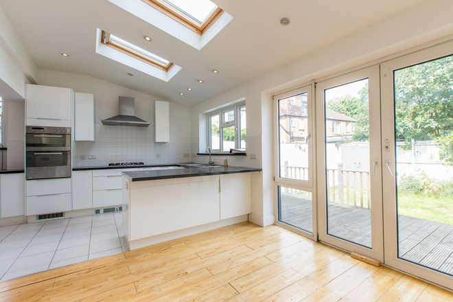 4 Beds House To Let in Holmside Road, Clapham South, SW12