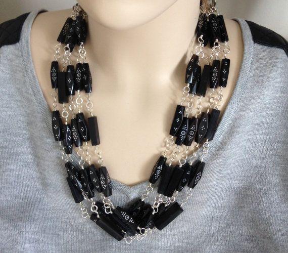 ASHIRA - Cuerno negro y plata tapa el vestidito negro - 5 collar de declaración con hueso de África  • Mano a mano joyas de joyería del diseñador Ashira™ • Impresionante!!!!!! * 5 hebras de cuerno negro en forma de diamante con sistemas de incrustación de plata esta pieza apagado. Remata con la cinta de Jersey de Makuba japonés. ¡Qué maravilla!!!!!! • Un único diseño. • Medida: ajustable * Cuerno viene de África  Ashira™ es una diseñadora de joyería fina de moda. Uso de mano corte de piedras…