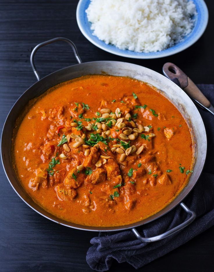 """En smarrig kycklinggryta med """"indiska smaker"""" som är enkel att laga. Om man utesluter chilin är den även en stor favorit hos barnen. Toppa grytan med jordnötter, servera med ris och njut av smakerna! 4-6 portioner 3 st kycklingfiléer 1 gul lök 2 st vitlöksklyftor 1 msk färsk riven ingefära 1 burk kokosmjölk 1 burk krossad tomat 2 msk tomatpuré 2 tsk gul currypulver 1 tsk garam masala 1 st kycklingbuljongtärning (kan uteslutas eller ersättas med 1 msk soja) Ca 1-2 tsk chilipulver eller färsk…"""