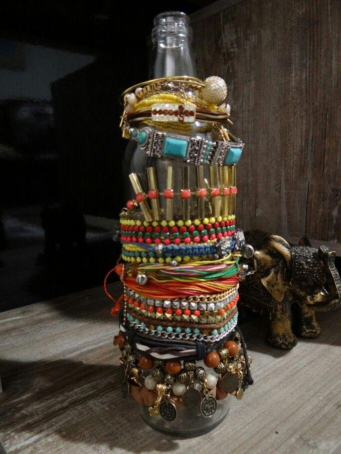 Organizar pulseiras nas garrafas: