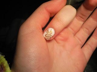 Manicura de rosas doradas sobre blanco / golden rose with white bottom (Nivel medio) | Cuidar de tu belleza es facilisimo.com
