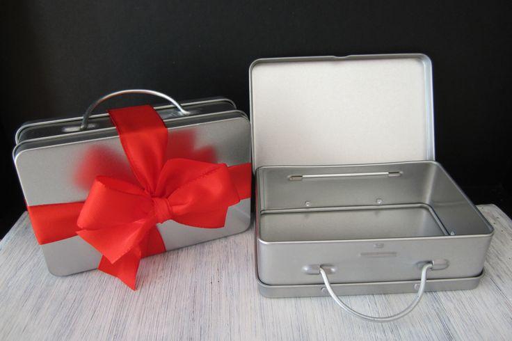 Blikken valiesje, leuke verpakking voor een geschenk of kadobon.. meer info op www.zeepenolie-sv.be