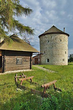 Větrný mlýn nad obcí