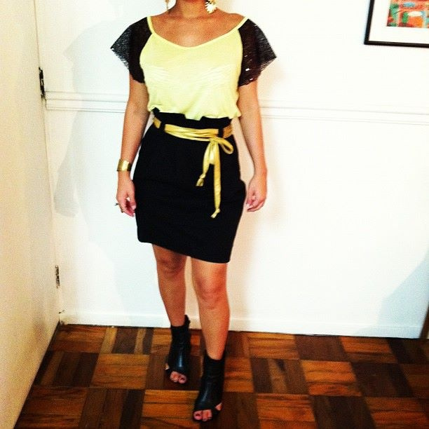 Blusa molinha bicolor - esgotada; cinto de fita dourado - esgotado; saia - esgotada