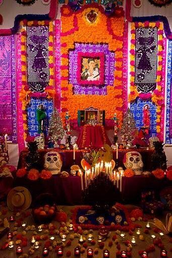 Es in altar de dia de Muertos. En mexico celebran la dia de muertos a la termina de octubre y la comienza de noviembre. La Origen de esta celebracion es de Los aztecos. Las familias y amigos de Los muertos Hacen decoraciones, comida, y las bebidas favoritas de Los y decoran las tumbas.