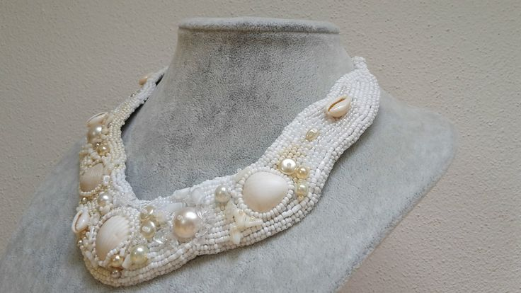 Náhrdelník+Ariel+Jedinečný+originální+náhrdelník+v+barevných+odstínech+bílé,stříbřité+a+smetanové.+Pouze+jediný+kus,+jedná+se+o+autorský+šperk,+zhotovený+ruční+korálkovou+výšivkou,+nebude+se+opakovat.+Základním+prvkem+jsou+mušličky+a+perličky+Na+náhrdelníku+jsou+mušličky+obšité+rokajlem,+dále+jsou+použity+zlomky+křišťálu+a+měsíčních+kamínků.+...