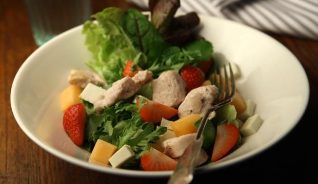 Mansikka-broilerisalaatti | #maajakotitalousnaiset #ruokaneuvot #salaatti #broileri #mansikka