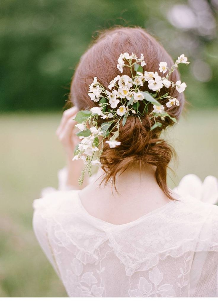 Romantically Spring Meadow Shoot by Silk and Willow and Gossamer Vintage, photo: Rebecca Yale | www.hochzeitsguide.com