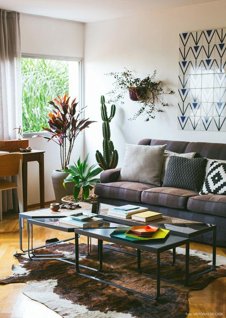Sala de estar com muita personalidade. Mesa de centro Tangram da Carbono, quadro de azulejos e muitas plantas