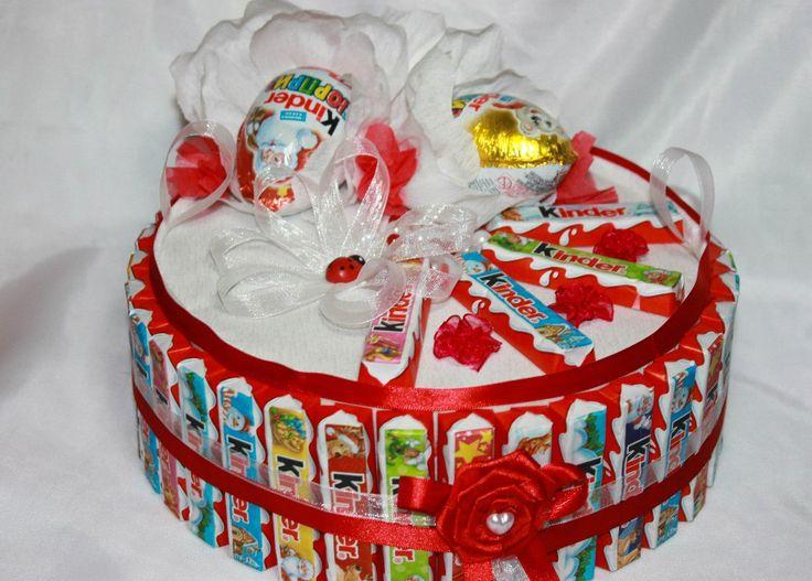 """Эксклюзивный подарок для любимой сладкоежки! В составе торта 34 шоколадок-киндер и 5 яиц """"Киндер-сюрприз"""", 1 уп """"М&M"""" 1 коробка конфеток """"Рафаэлло"""". На каждой конфетке """"Рафаэлло"""" прикреплена записка-признание."""