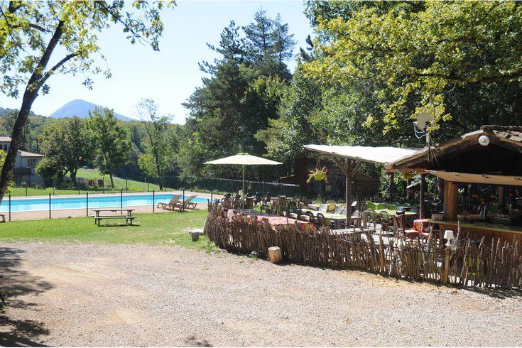 het terras bij de bar en het restaurant op de camping met zwembad