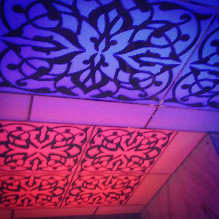 Стеклянный потолок с многоцветной трёхзонной светодиодной подсветкой.