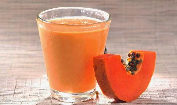 licuado saludable para desinflamar el vientre - Vida Lúcida: Licuado naranja: papaya (incluir algunas semillas), mango, semillas de lino (puestas en remojo en un poco de agua toda la noche), jugo de manzana, piel de naranja (solo un poco), miel o estevia. Batir hasta que las semillas de la papaya y el lino estén bien molidas.
