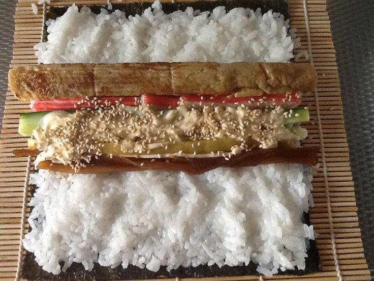Futomaki de luxe met pompoen, komkommer, crabsticks, japanse ei, rettich,japanse may, sesamzaadjes