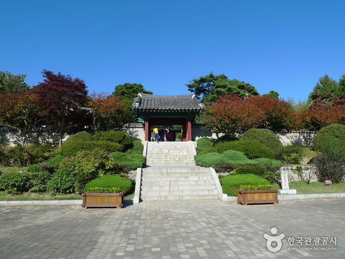Ojukheon House (강릉 오죽헌), Gangwondo's Korea100 Category : Humanities , Historic Places, Historical Sites / Remains Tour Information :  Ojukheon is an important house which shows the lifestyle of the Joseon Dynasty (1392-1910). It is one of the oldest preserved Korean houses. In Mongry..