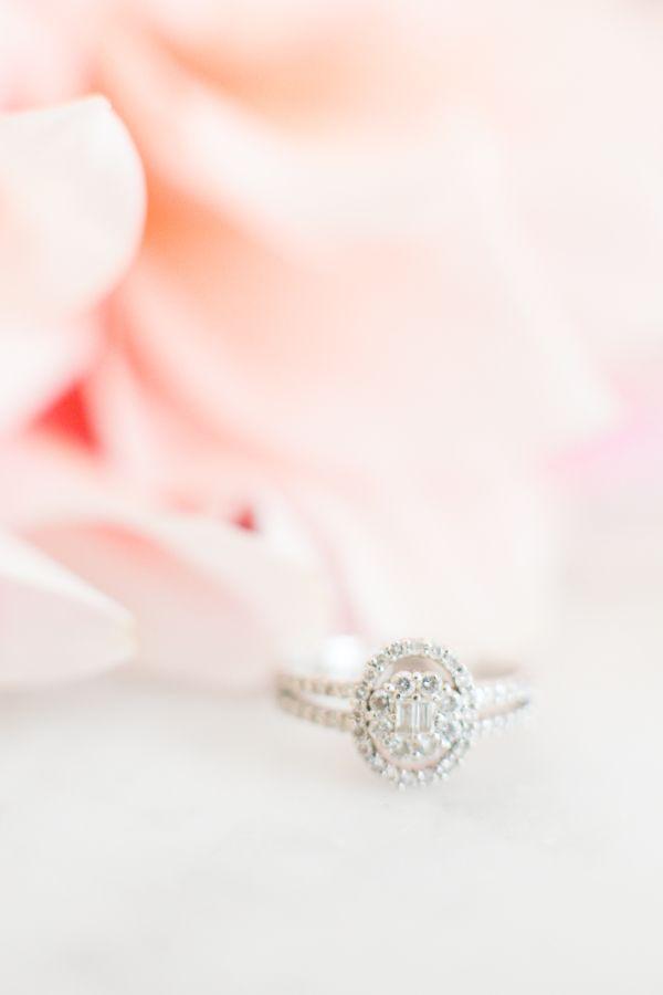Wat een romantiek deze Parijse ring van Le Secret D'Audrey. Meer #champagne #bruiloft inspiratie op http://www.brouzje.nl/champagne-bruiloft!
