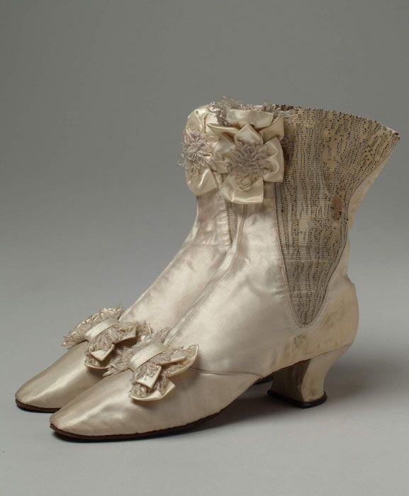 Muzej za umjetnost i obrt Austrija, 1870.-1880.  atlas svila, svilena čipka na tilu, gumirana tkanina, koža  MUO 12808/3,4