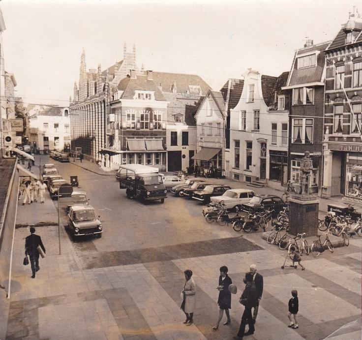 Arnhem, Jansplaats, 1969. Uit de collectie van Zefanja Hoogers: de Jansplaats in 1969. Toen parkeren in de binnenstad nog geen probleem was.