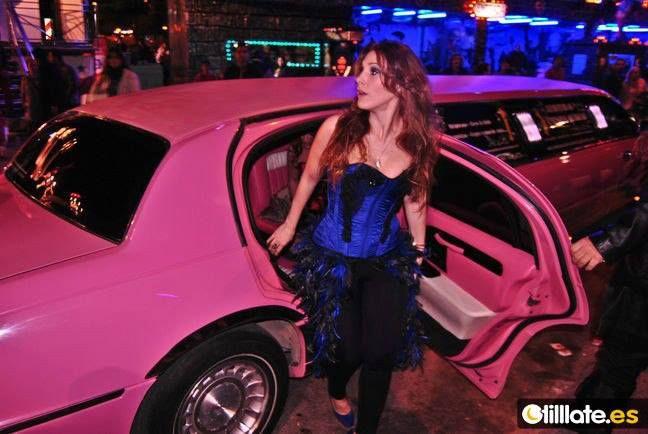 Coral Segovia a su llegada al carnaval de Aguilas con corset de Tocado y Hundido